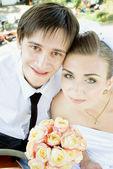 Novia y el novio sonriendo — Foto de Stock