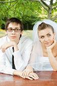Manos de la novia y el novio con anillos — Foto de Stock