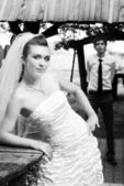 Bride in white veil with blurred groom — ストック写真