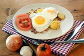 Fried egg with organic potato — Stock Photo