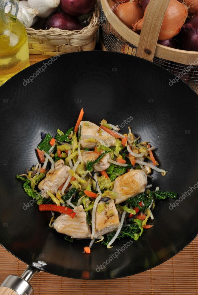 Grilled chicken with stir fry in a wok — Stock Photo #1713877