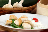 Asian style chicken and mangetout — Stock Photo