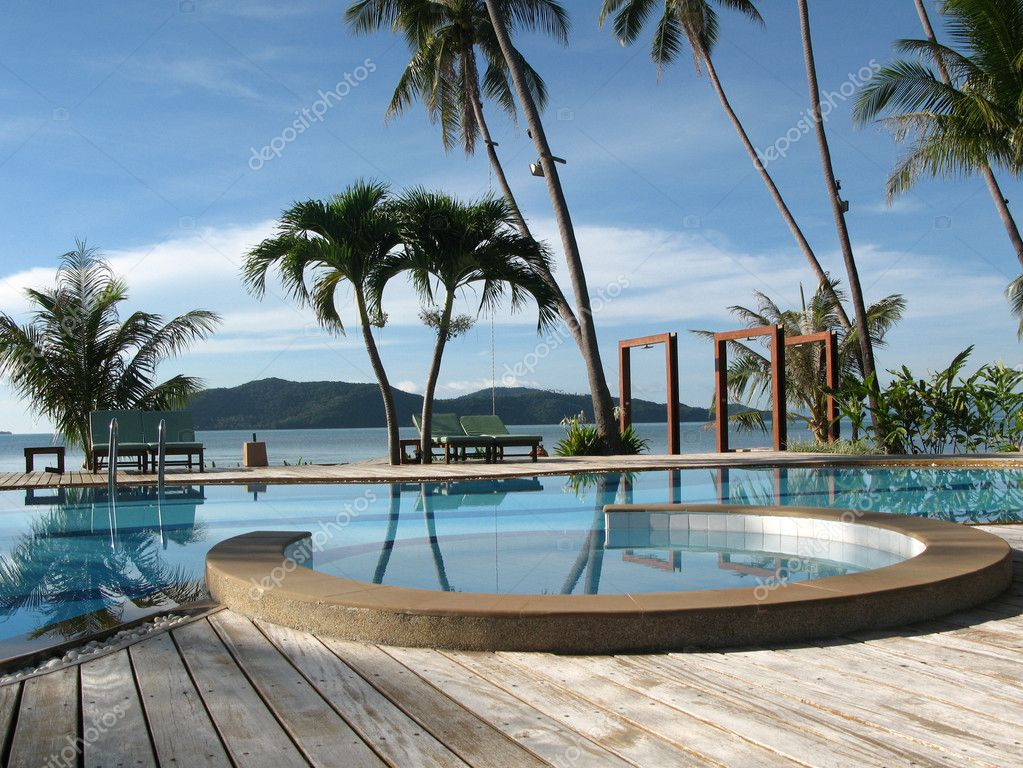 Pool and sea view, blue sky and mountains in the background, Thailand — Zdjęcie stockowe #1539400