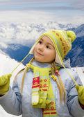 Liten flicka i bergen — Stockfoto