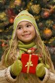 Bir hediye ile küçük kız — Stok fotoğraf