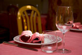 Plates and wine glasses — Stock Photo