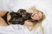Krásná blondýnka sex v posteli — Stock fotografie