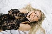 Vacker blond kön i sängen — Stockfoto