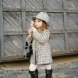 Foto Stock: Glamour child looks in mirror