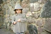 Roztomilá dívka s květinou — Stock fotografie