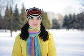 Kvinnan i snön — Stockfoto