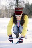 Meisje schreef in de sneeuw — Stockfoto
