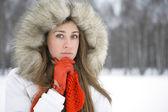 Ztracen v myšlenkách dívku v zimě — Stock fotografie