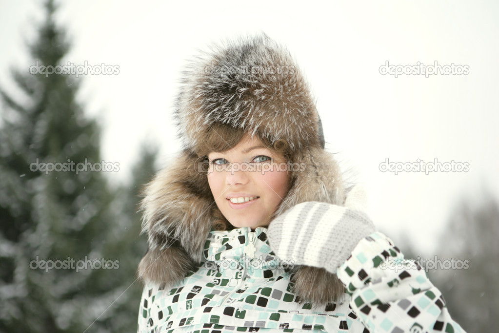 Beautiful girl in winter hat and mittens mehavoy laughs — Stock Photo #2076398
