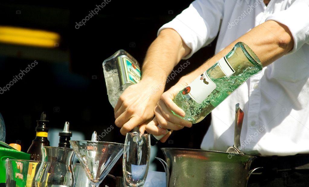 Hands of the barman mixing an alcoholic cocktail — Stock Photo #1549765
