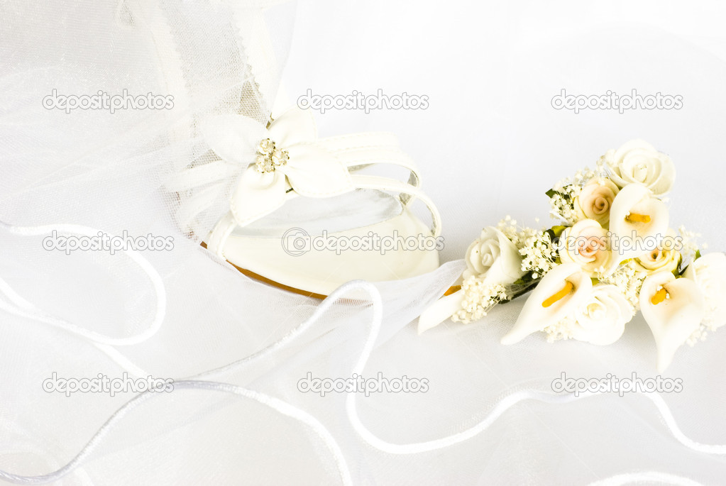 Wedding sandals and flowers decoration over bridal veil — Stock Photo #1574347