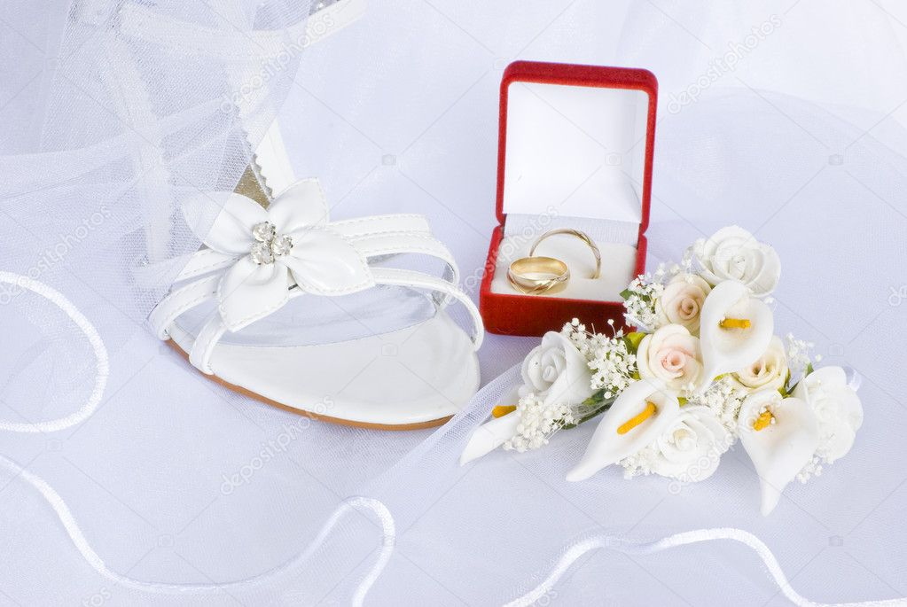 Wedding sandals and flowers decoration over bridal veil — Stock Photo #1574356