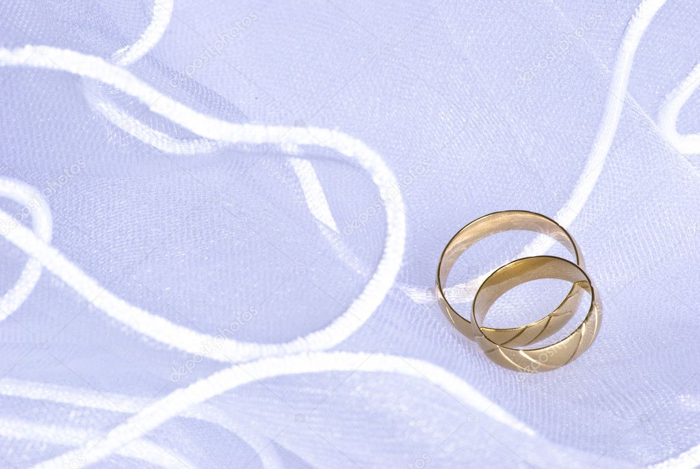 Wedding golden rings over bridal veil — Stock Photo #1574375