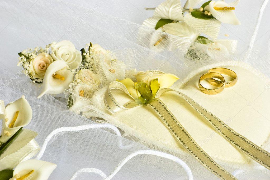 trouwringen en bloemen over sluier — Stockfoto © Dessie_bg #1574483