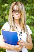Libro de lectura de mujer joven hermosa — Foto de Stock