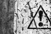 Gepelde waarschuwingsbord — Stockfoto