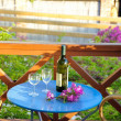 Foto Stock: Wine and flowers