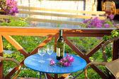 Wina i kwiaty — Zdjęcie stockowe