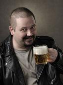 De man drinkt bier uit een mok — Stockfoto