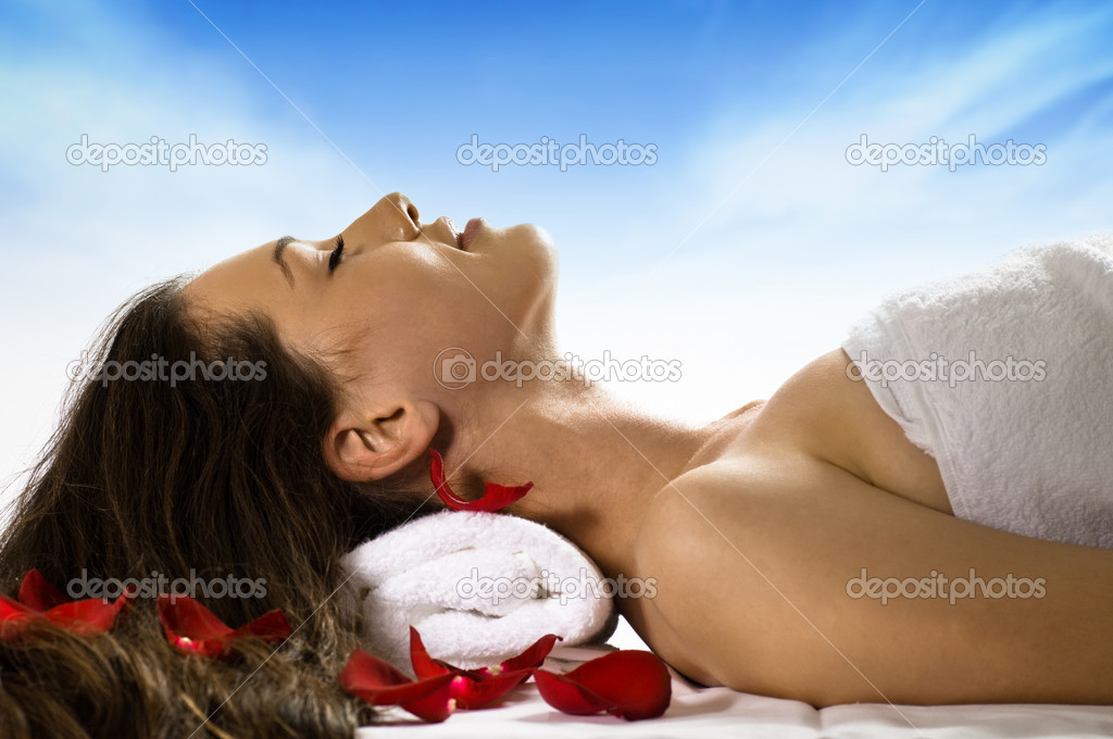 A young beautiful girl is being massaged — Stock Photo #1716307