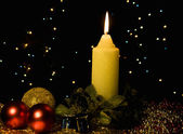 Brennende kerze mit weihnachtsbaum dekor — Stockfoto