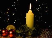 Vela ardiente con árbol de navidad decoración — Foto de Stock