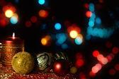 Candela accesa con decorazioni albero di natale — Foto Stock