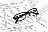 Brýle a finanční dokumenty — Stock fotografie