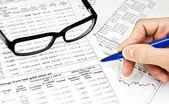 Brýle, finanční dokumenty a rukou — Stock fotografie