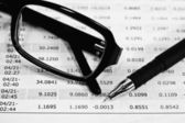 眼镜、 钢笔和财务文件 cl — 图库照片