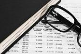 Verres et documents financiers — Photo