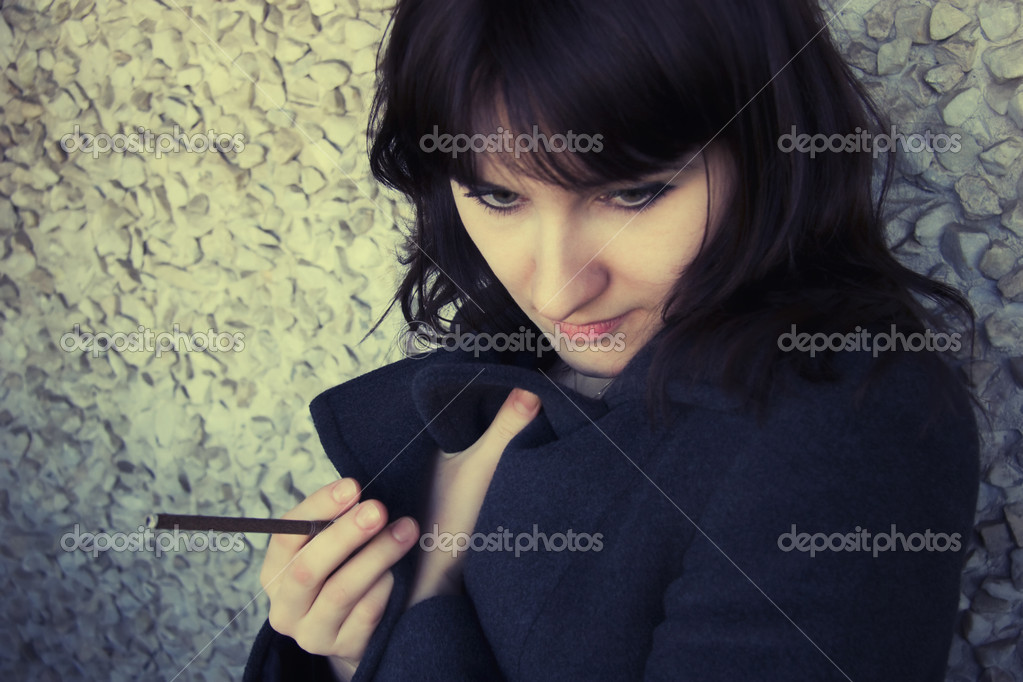 Portrait of young woman with  cigarette — Stock Photo #1589673
