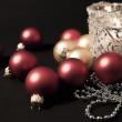 Свечи с елочные украшения — Стоковое фото