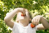 Chica comiendo fresas. — Foto de Stock