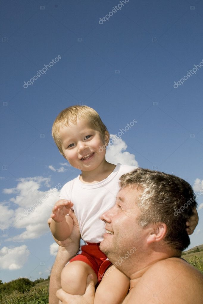 Happy father and his son straddle on shoulders — Stock Photo #1592802