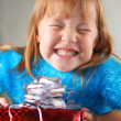 Happy girl holding a gift box — Stockfoto