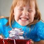 Счастливая девушка, держа подарочной коробке — Стоковое фото