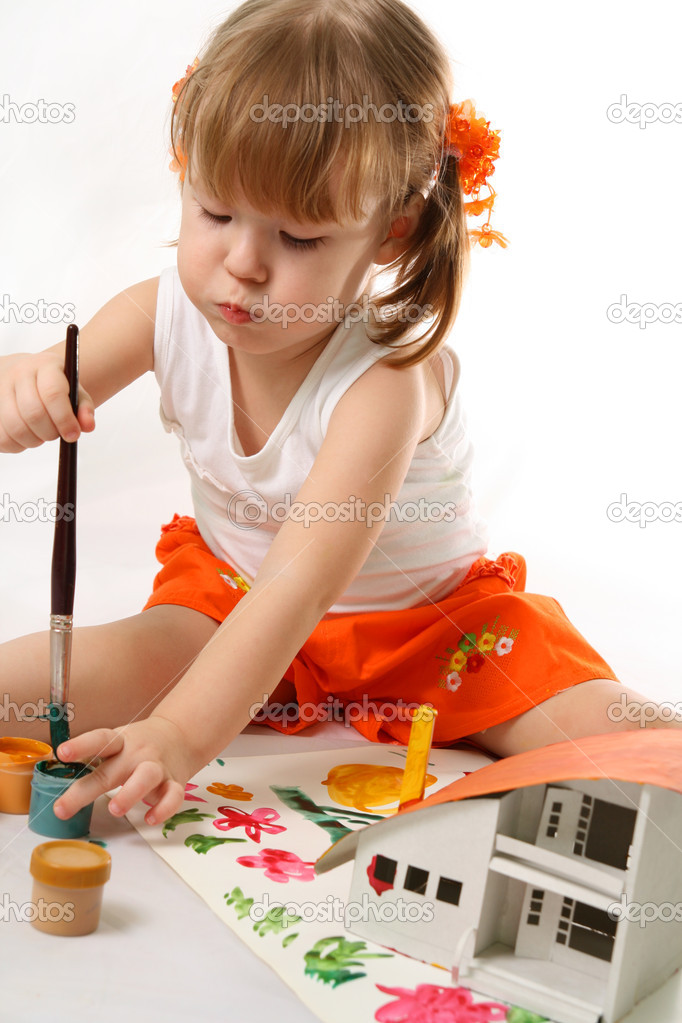 Home Improvement - Little Girl repairs.Child colors by paint the mock-up of the house — Stock Photo #1625472