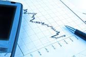 Pda und stift auf aktienkurs — Stockfoto