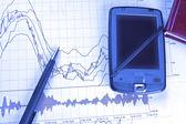 Pda och penna på börskursdiagram — Stockfoto