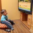 Little boy watching TV - 图库照片