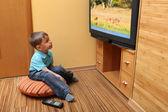 Malý chlapec, sledování televize — Stock fotografie