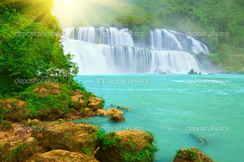 Detian or Ban Gioc waterfall along Vietnamese and Chinese board. — Stock Photo #1636238