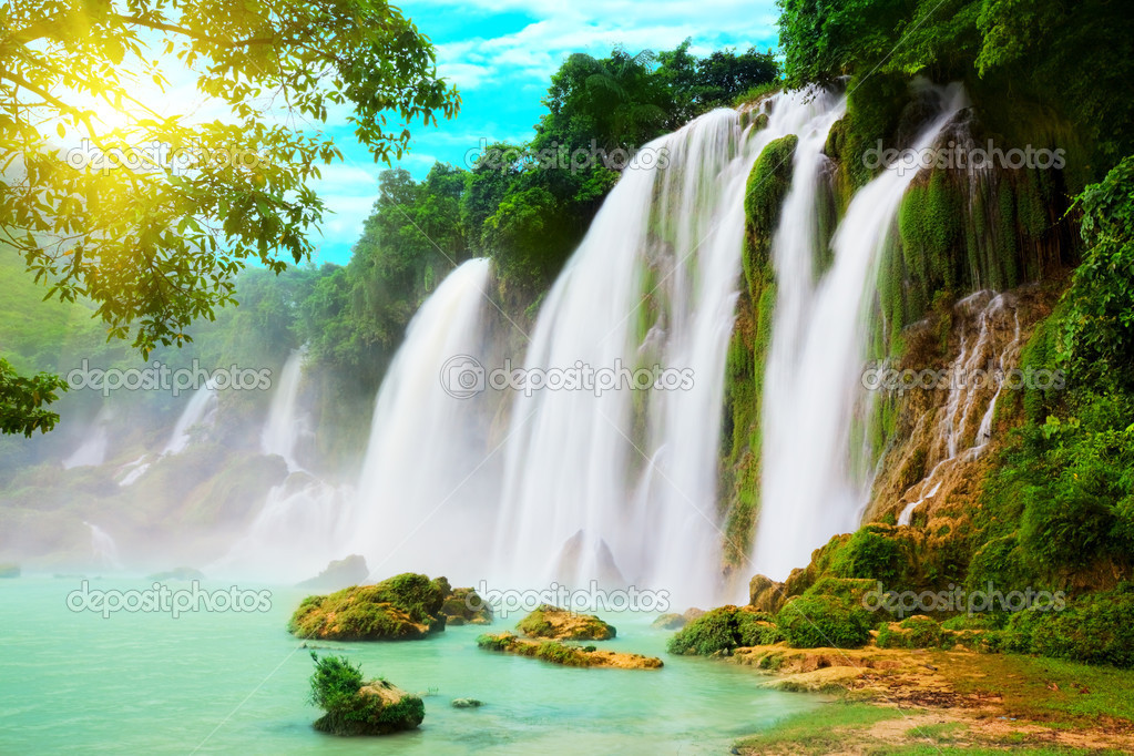 Detian or Ban Gioc waterfall along Vietnamese and Chinese board. — Stock Photo #1636324