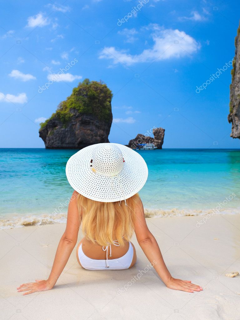 Woman in white hat sunbathing on the beach — Stock Photo #2276699